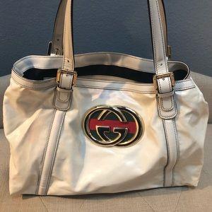 d5e056b0f083 ... Patent leather Gucci Britt bag ...